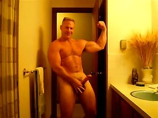 Dilf flexing posing and jerking
