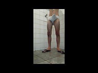 Caminhoneiro gostoso tomando banho de cueca branca