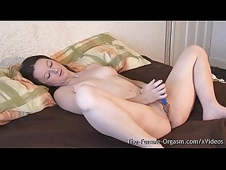 Huge pussy lips femorg babe vibes her clit to orgasm with strong throbbing contractions