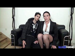 Elle invite deux inconnus chez elle full video