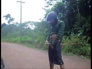 Motoboy punhetando no matagal