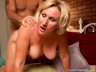 Sexy cougar loves to give A sloppy rimjob