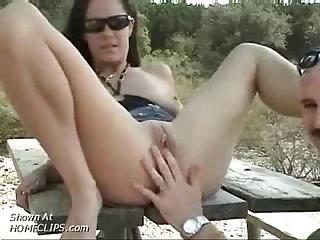 Baise sur la table dautoroute