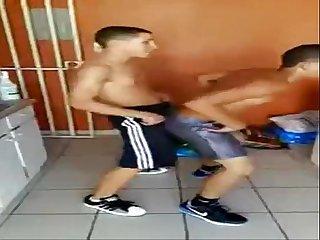 Amigos heteros danando reggaeton
