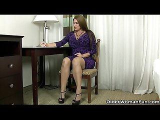 American milf sheila plays with nylon and high heels