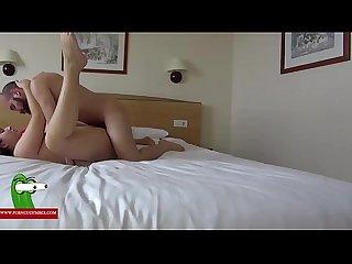 Dandole en el hotel a la morena de las trencitas gui00291