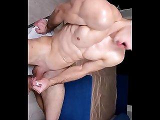 Musculoso con enorme polla termina lanzando un buen chorro de leche