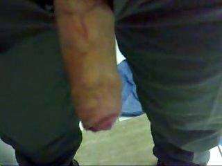 Policial batendo punheta e gozando