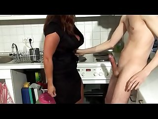 Sexy Susi bläst Amateur den Schwanz und lässt ihn ficken