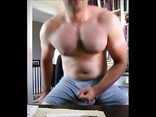 Urso careca punhetando gostoso