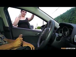 Milf masturba a hombre en estacionamiento