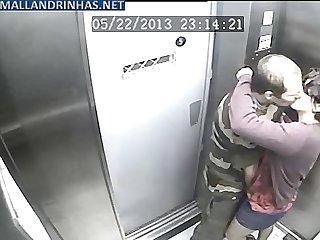 Cmera de segurana flagrando foda no elevador