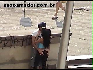 V�deo amador flagra rapaz dando dedada na namorada em plena luz do dia no viaduto Maria Paula