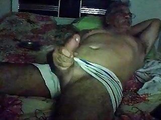 Velho de Cueca batendo Punheta Na cam