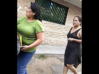 Puta con Babydoll transparente Desnuda EN la calle enseando las Tetas y el culo