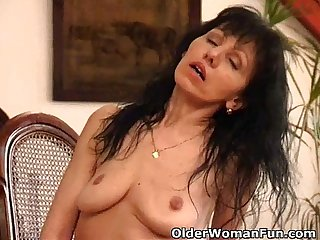 Mature mom with saggy tits works her hairy pussy